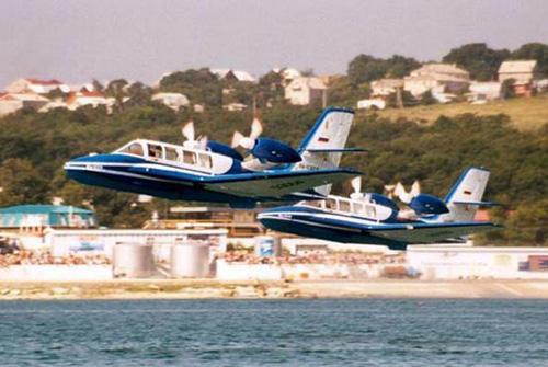 图片说明:俄制别-103水陆两栖飞机双机起飞; 水陆两用飞机; 别-103型