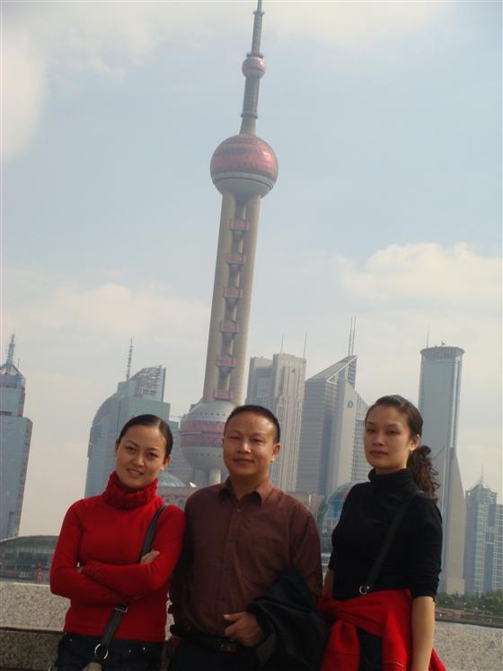 """上海东方明珠广播电视塔,位于浦东陆家嘴,与南浦、杨浦两座大桥构成了""""双龙戏珠""""的美景。这座亚洲第一、世界第三的广播电视塔,高468米,犹如一串从天而降的明珠,散落在上海浦东这块尚待雕琢的玉盘之上,在阳光的照射下,闪烁着耀人的光芒,成为上海新的标志性建筑。   东方明珠电视塔位于浦东新区内,与外滩的""""万国建筑博览群""""隔江相望,主体结构高350米,塔总高度为468米,仅次于加拿大多伦多电视塔和前苏联的莫斯科电视塔,列亚洲第一,世界第三。与纽约的自由女神、悉尼的歌"""
