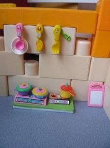 美工区活动丰富幼儿生活.; 娃娃家厨房; 小班环境的创设(图)图片